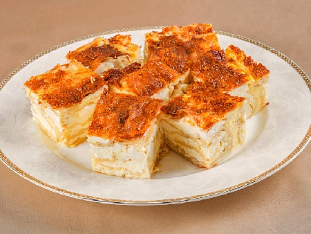 Наложена баница по тракийски с домашно точено тесто и плънка от булгур и сирене - снимка на рецептата